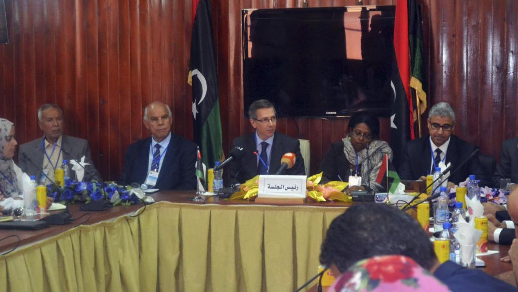 Meeting à Ghadames en Libye géré par le représentant de l'ONU Leon Bernardino (C) le 29 septembre 2014. REUTERS/Stringer