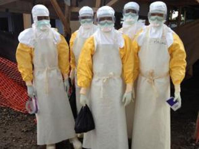 L'équipe du matin de médecins et infirmiers au CTE (Centre de traitement d'Ebola de Guéckédou). En raison de la chaleur sous cet équipement, le personnel ne peut rester que 45 minutes. RFI/ Olivier Rogez