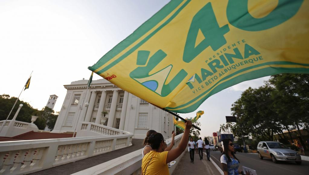 Une supportrice de Marina Silva agite un drapeau, devant le Rio Bronco Palace, dans l'Etat d'Acre, au nord du Brésil. REUTERS/Sergio Moraes