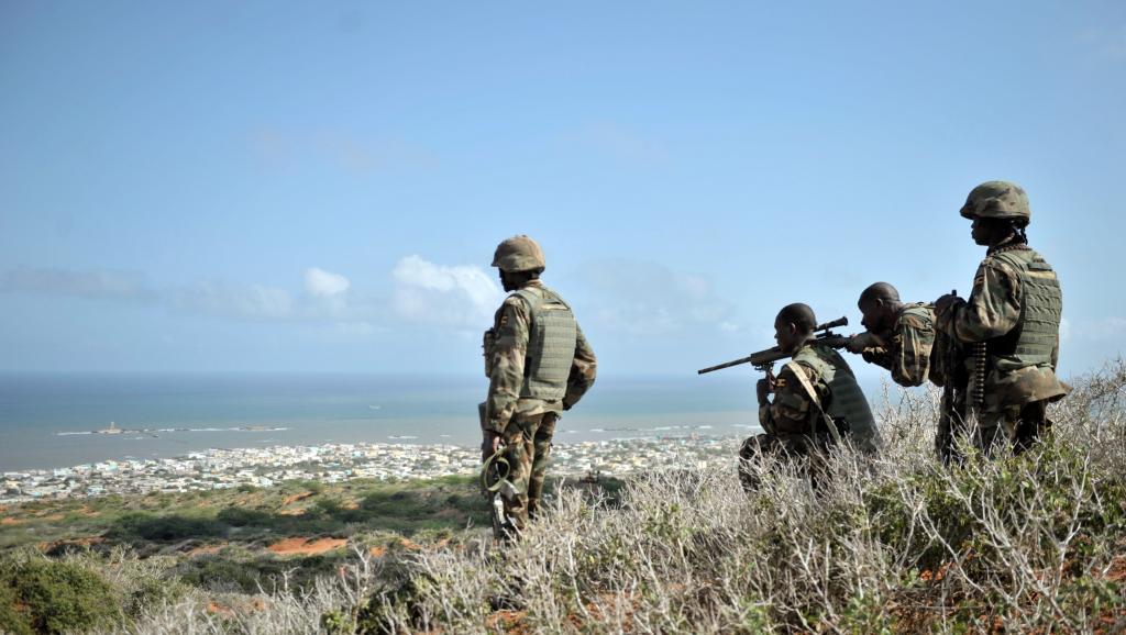 Des soldats de l'Amisom au-dessus de Barawe, le 5 octobre 2014. AFP PHOTO/AMISOM/TOBIN JONES