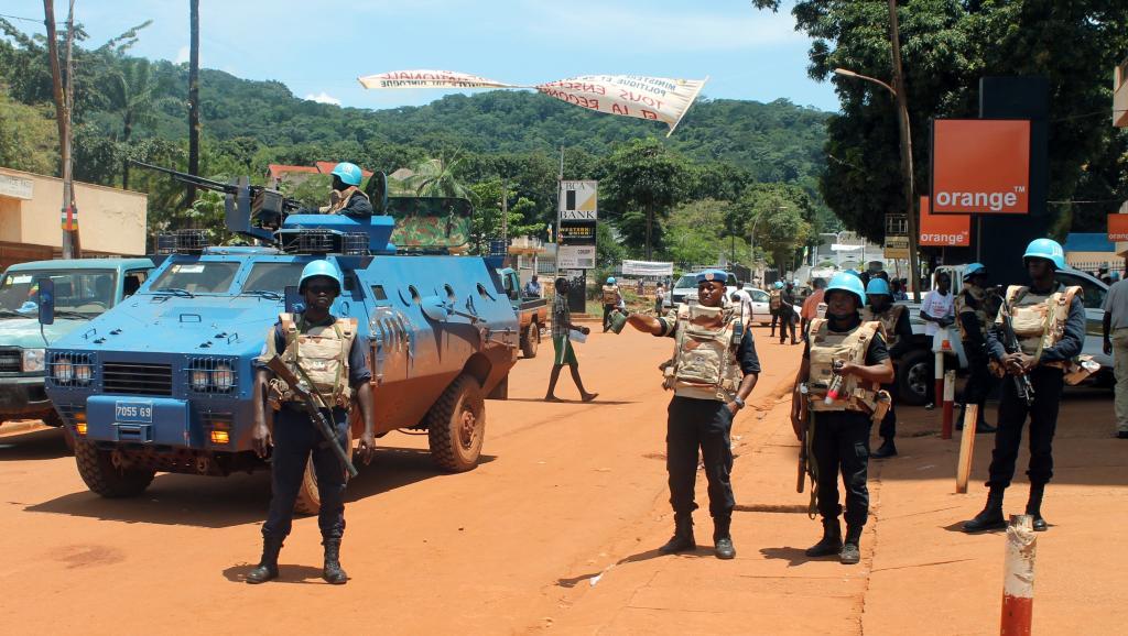 Les Forces des Nations unies patrouillent dans les rues de Bangui, suite aux violences de mercredi, le 8 octobre 2014. PACOME PABAMDJI / AFP