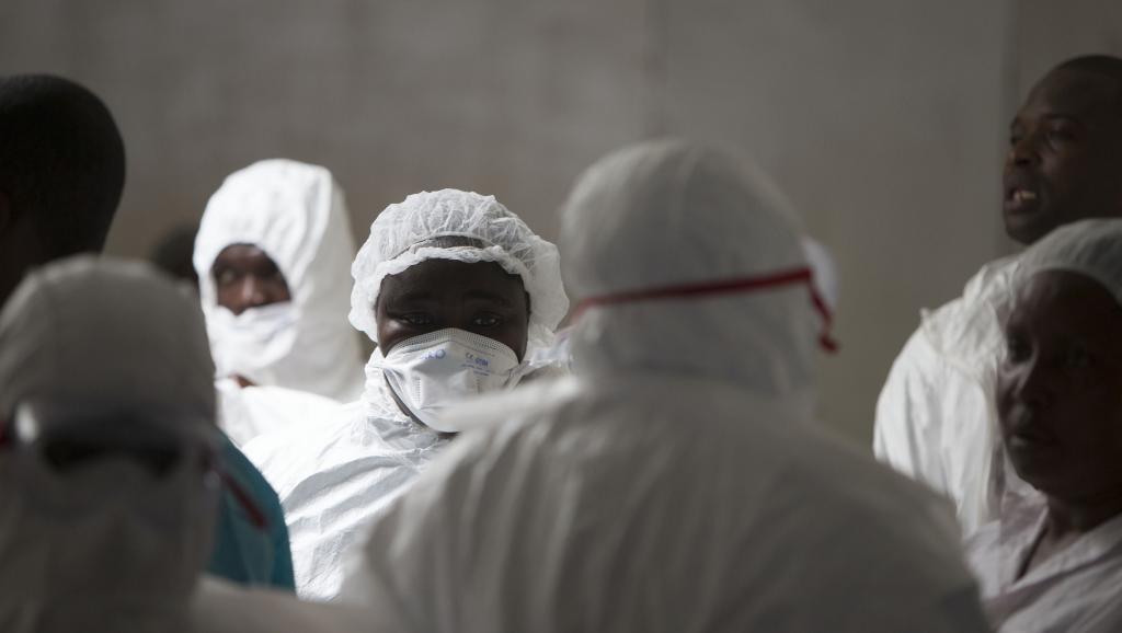 Des personnels soignants à Monrovia, le 30 septembre 2014. REUTERS/Christopher Black/WHO/Handout via Reuters