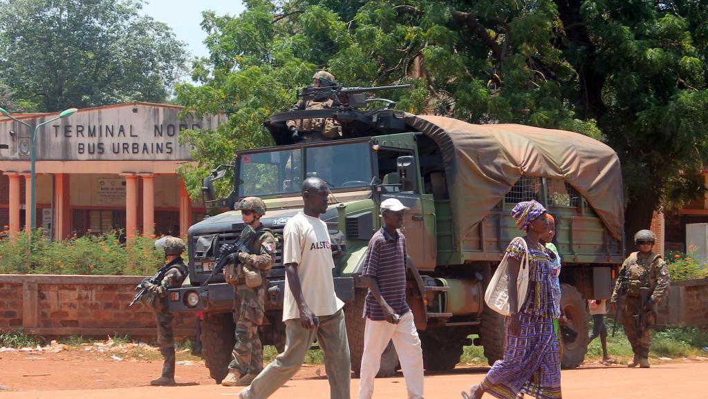 La force Sangaris sécurise un arrêt de bus à Bangui, le 8 octobre 2014.