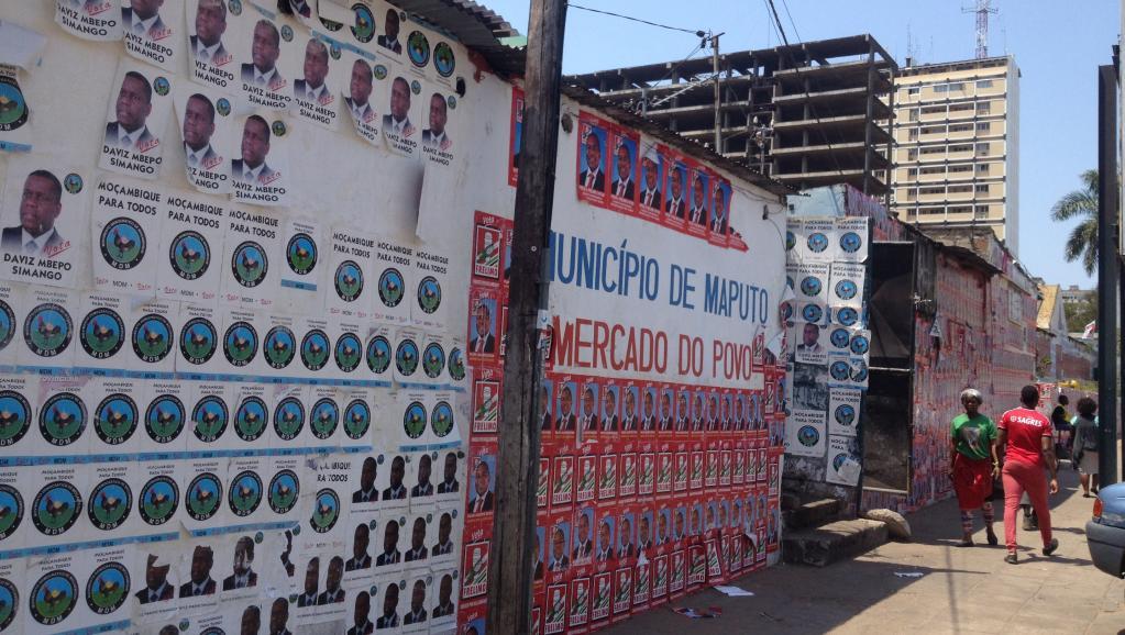 Affiches des candidats aux élections mozambicaines à Maputo, la capitale. RFI / Alexandra Brangeon