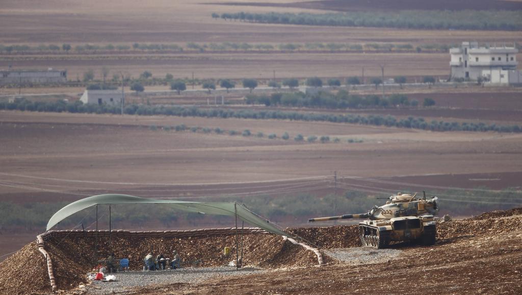 Vue de Kobane depuis le point de passage, vital, de Mürsitpinar, le 15 octobre 2014. REUTERS/Kai Pfaffenbach