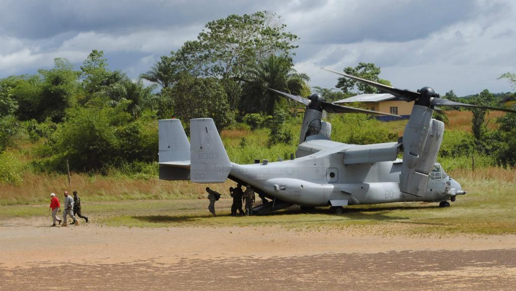 L'ambassadeur américain au Liberia (en rouge) arrive dans un village touché par le virus Ebola, le 15 octobre 2014. REUTERS/James Giahyue