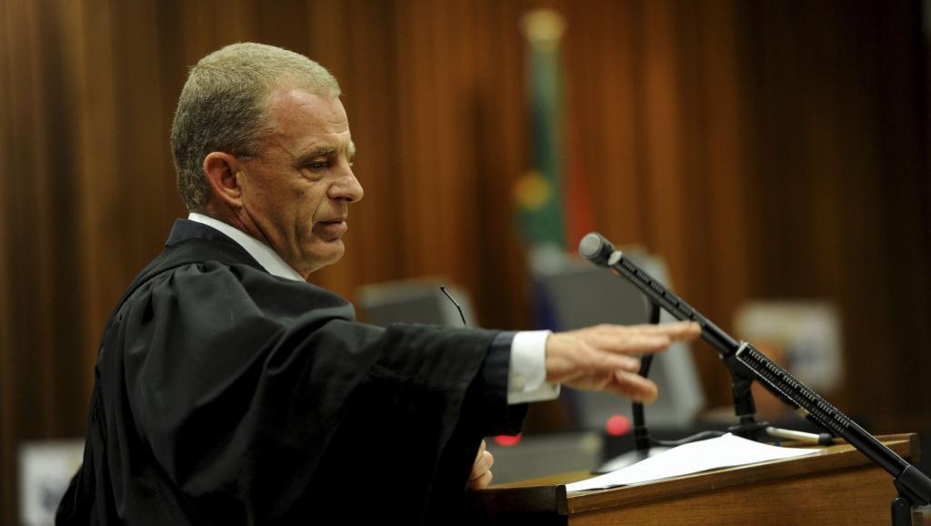 Au dernier jour des plaidoiries du procès d'Oscar Pistorius, le procureur Gerrie Nel a requis dix ans de prison contre le champion paralympique. Pretoria, le 17 octobre 2014. REUTERS/Werner Beukes/Pool