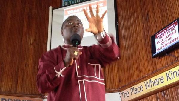 Le révérend Clarence Paye Junior prêche dans l'église pentecôtiste du quartier de Clara Town, à Monrovia. RFI/Sébastien Nemeth