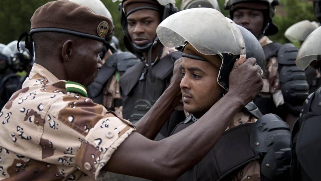 Les contingents sénégalais et nigérians de la police des Nations Unies font un exercice conjoint de maintien de l'ordre avec les forces de sécurité maliennes, à l'Ecole nationale de police à Bamako, le 6 août 2013.