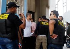 Egypte: Falcon et chiens renifleurs dans le campus