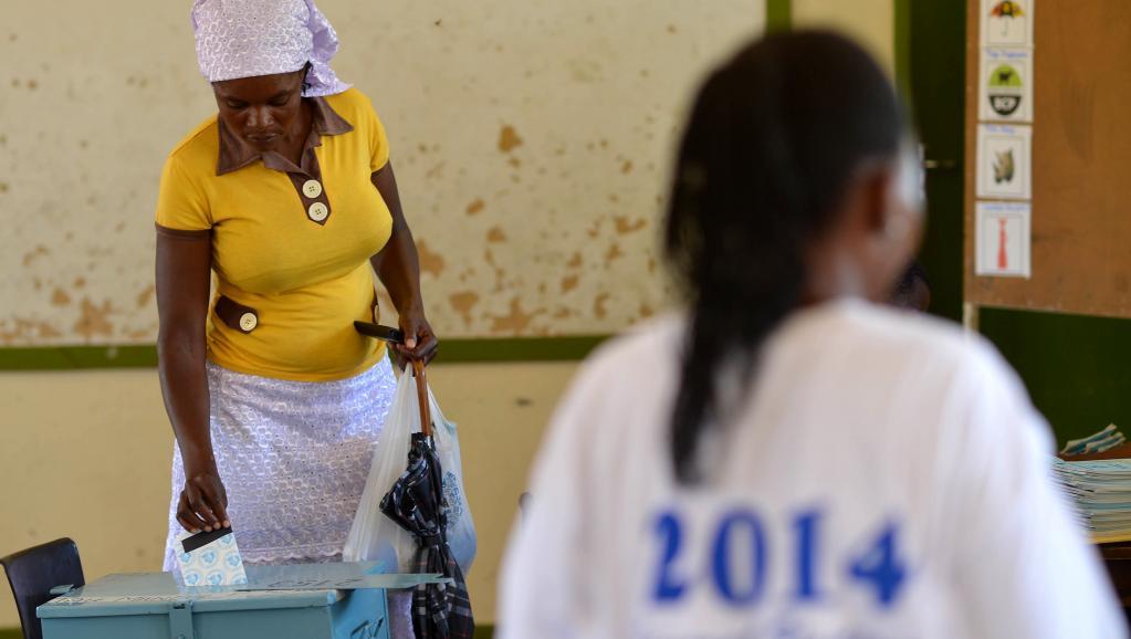 Opérations de vote à Gaborone, le 24 octobre 2014. AFP PHOTO/MONIRUL BHUIYAN