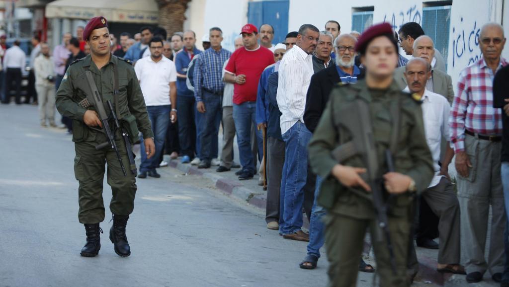 Des agents armés de la Garde nationale sécurisent chaque bureau de vote. Tunis, le 26 octobre 2014. REUTERS/Zoubeir Souissi