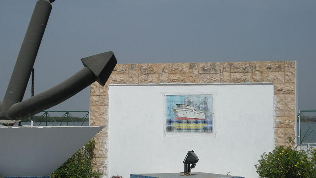 Monument commémorant le naufrage du Joola, à Ziguinchor au Sénégal, le 22 septembre 2002. Wikipedia