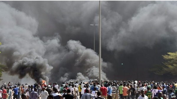 """Au Burkina Faso, Compaoré s'accroche au pouvoir et évoque une """"transition"""""""