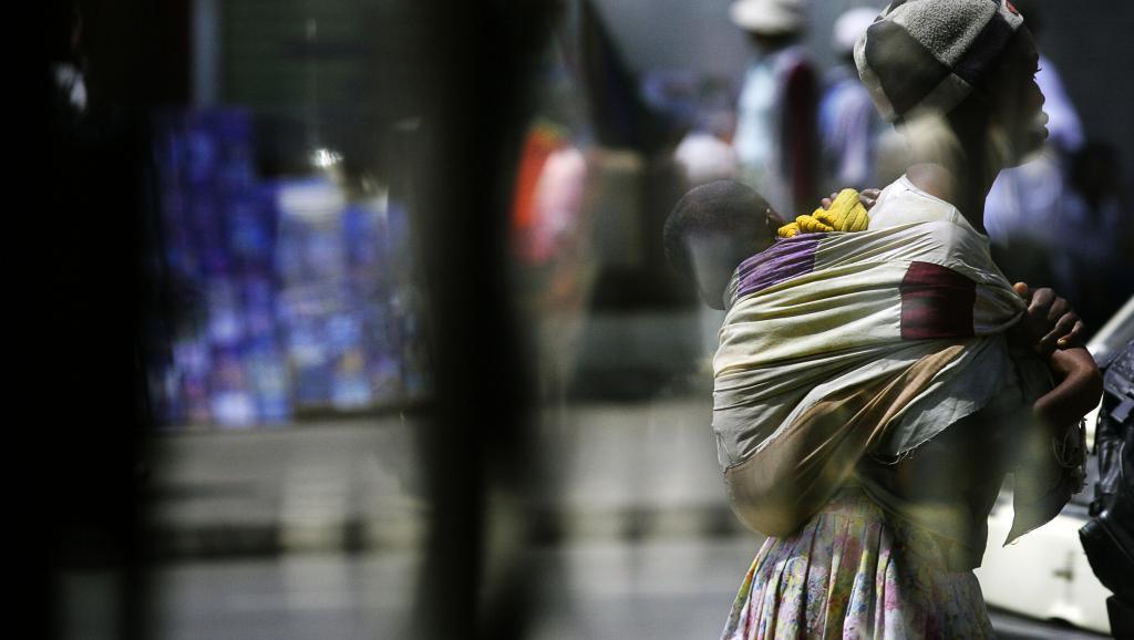 Une mère et son enfant à Antananarivo, Madagascar (illustration) AFP PHOTO / MARCO LONGARI