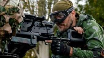 Un rebelle pro-russe en faction.
