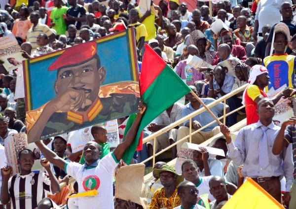 Un membre de l'opposition brandit un portrait de Thomas Sankara lors d'un meeting. AHMED OUOBA / AFP