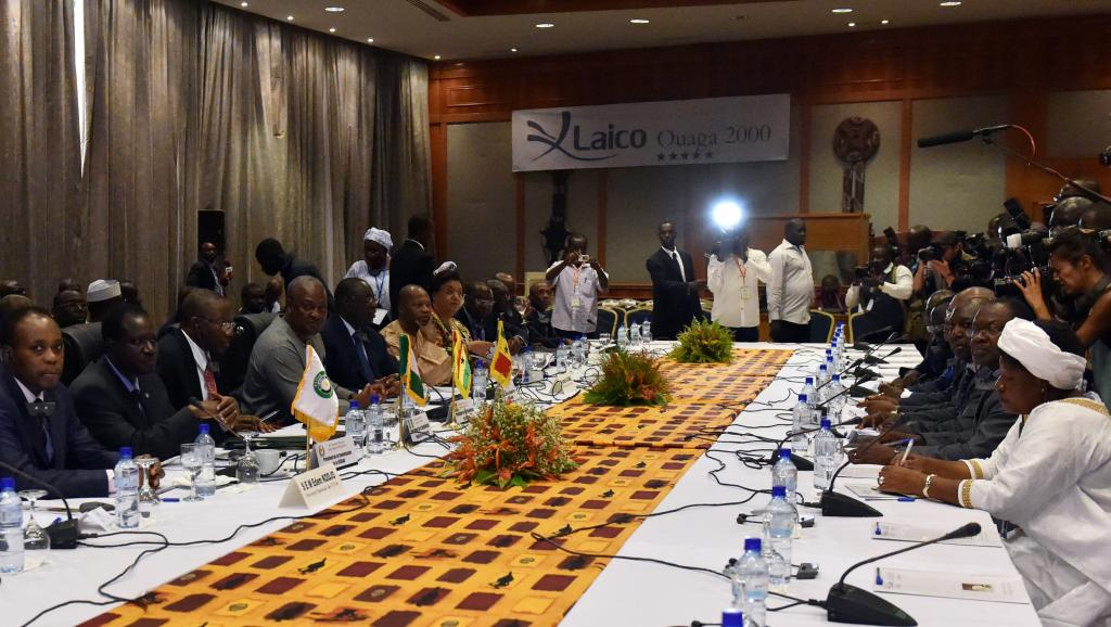 Les trois chefs d'Etat de la Cédéao et les différents acteurs burkinabè sont parvenus à trouver un accord pour une transition, mercredi 5 novembre. AFP PHOTO / ISSOUF SANOGO
