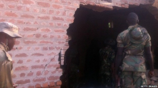 Le groupe militant islamiste Boko Haram explose des murs de prison pour libérer des prisonniers.