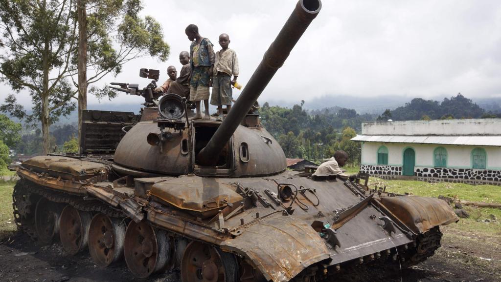 Des enfants congolais jouent sur un tank du M23 abandonné près de Goma, en RDC, en novembre 2013. REUTERS/Kenny Katombe