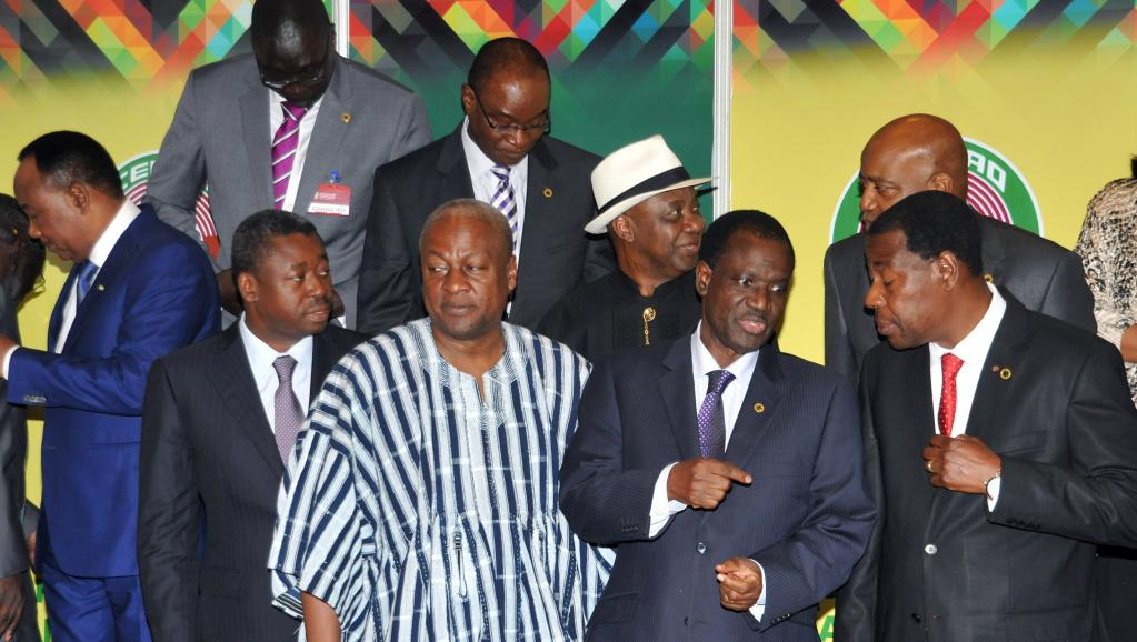 Les présidents du Niger Mahamadou Issoufou (g), du Togo Faure Gnassingbé, du Ghana John Dramani Mahama, de la Commission de la Cédéao Kadré Désiré Ouedraogo, et du Bénin Yayi Boni, lors du sommet de la Cédéao, à Accra, le 6 novembre 2014 AFP PHOTO / STRINGER