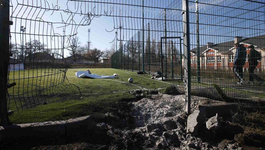 Mercredi 5 novembre 2014, déjà, deux adolescents avaient été tués dans le bombardement d'un terrain de sport à Donetsk. Le cessez-le-feu est constamment bafoué depuis la signature de la trêve entre Kiev et les séparatistes, en septembre 2014. REUTERS/Maxim Zmeyev