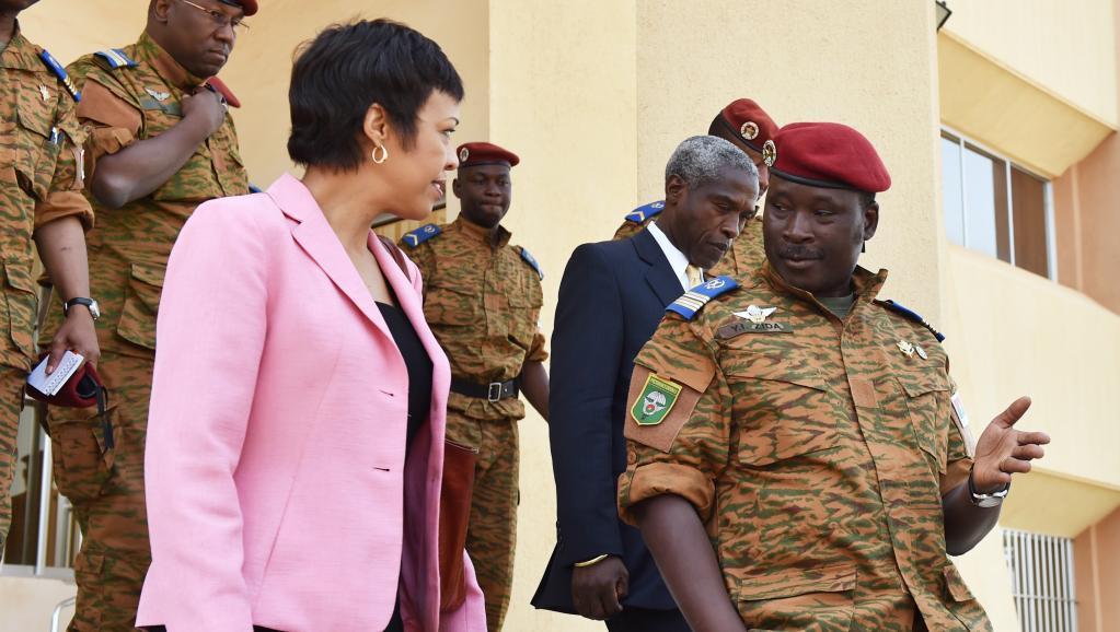 En marge de la réunion sur le processus de transition, le lieutenant-colonel Zida, nouvel homme fort du Burkina Faso a reçu Bisa Williams, sous-secrétaire d'Etat américaine en charge de l'Afrique, ce samedi 8 novembre à Ouagadougou. AFP/Issouf Sanogo