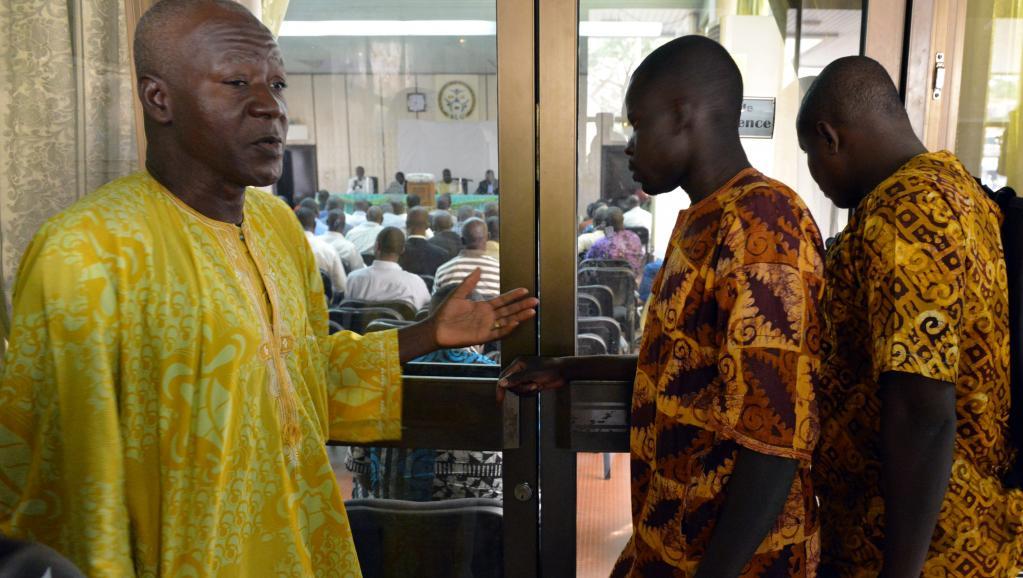 Les partis politiques de l'opposition, la société civile, les leaders religieux et coutumiers se sont réunis pour approuver une charte de transition, le 8 novembre 2014. AFP PHOTO / ISSOUF SANOGO
