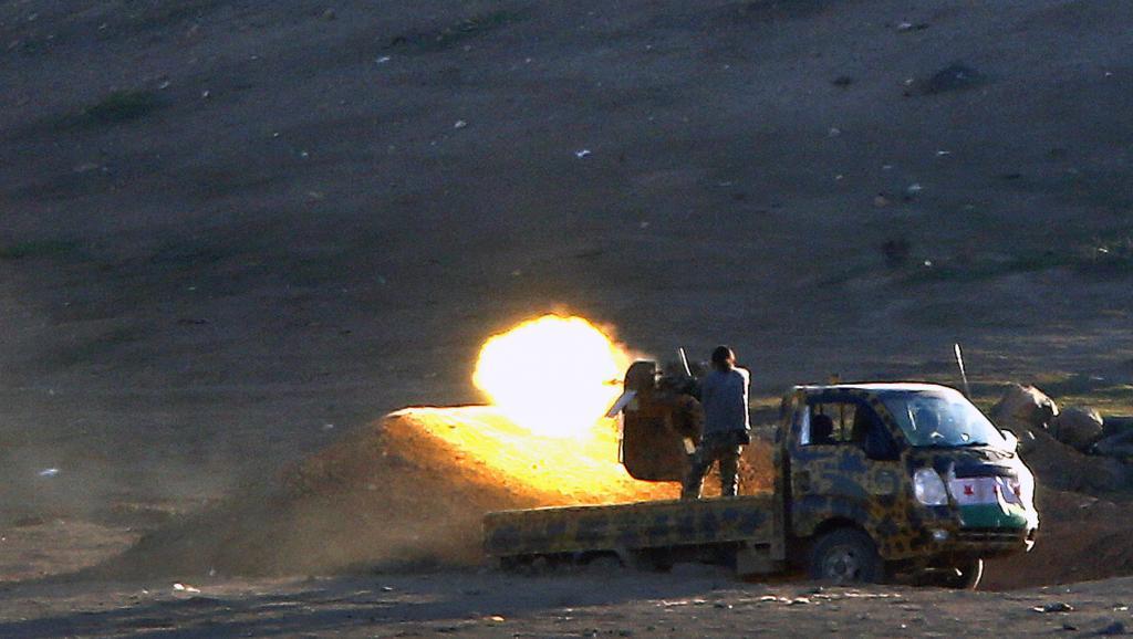 Des combattants kurdes affrontent les éléments du groupe Etat islamique dans l'ouest de Kobane, le 4 novembre 2014. REUTERS/Yannis Behrakis