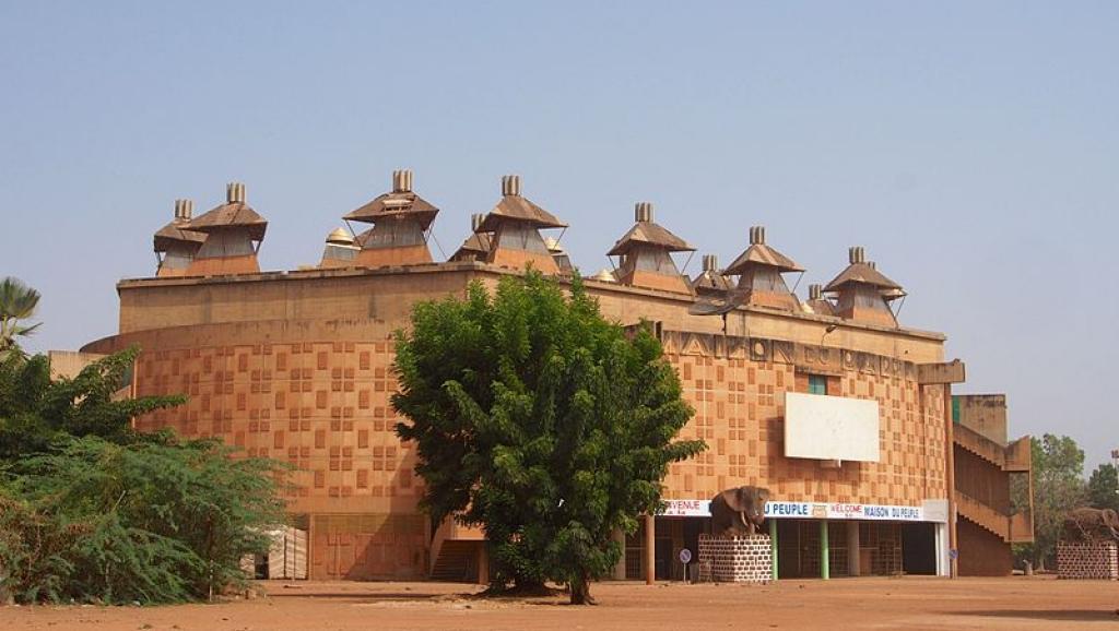 La maison du peuple, à Ouagadougou (Burkina Faso), où doit se tenir la cérémonie de signature de la charte de la transition. Wikipedia