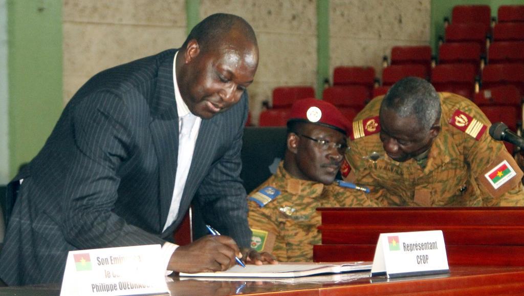 Le leader de l'opposition , Zéphirin Diabré signe la charte de la transition à Ouagadougou, le 16 novembre. AFP PHOTO / STR