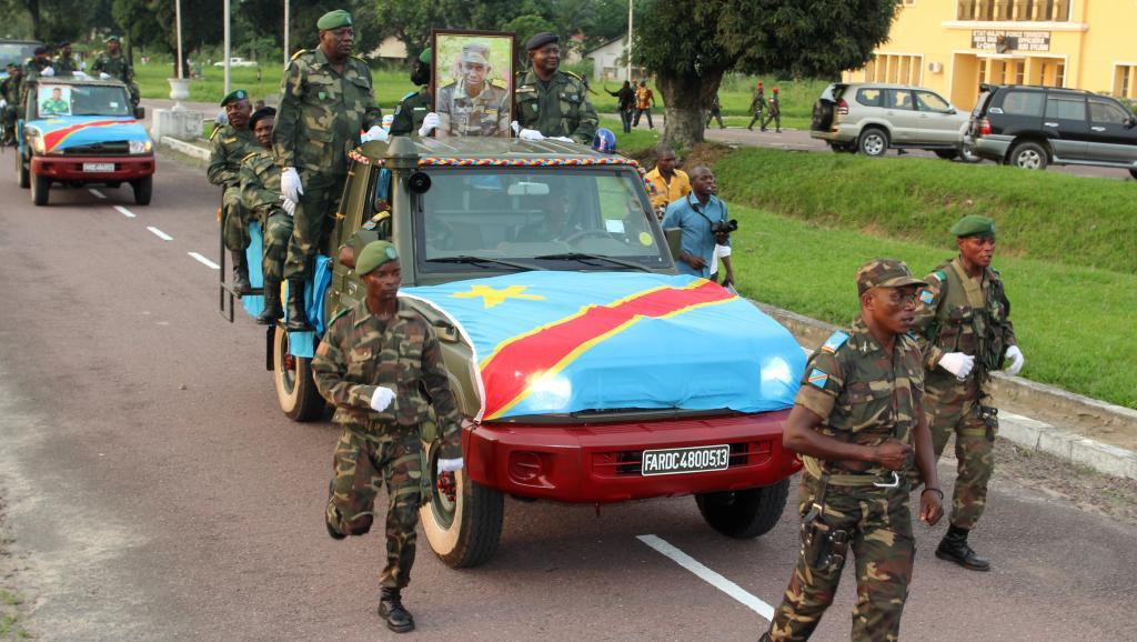 Des soldats FARDC escortent le cercueil du colonel Mamadou Ndala pour son inhumation à Kinshasa, le 6 janvier. AFP PHOTO/KOKOLO