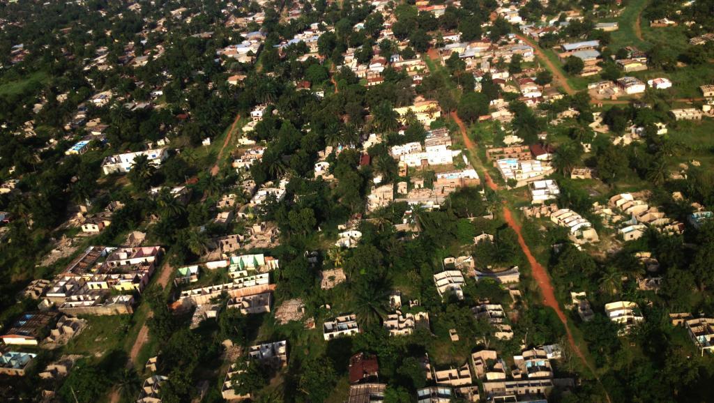 Survol des quartiers dévastés de Bangui. Laurent Correau / RFI