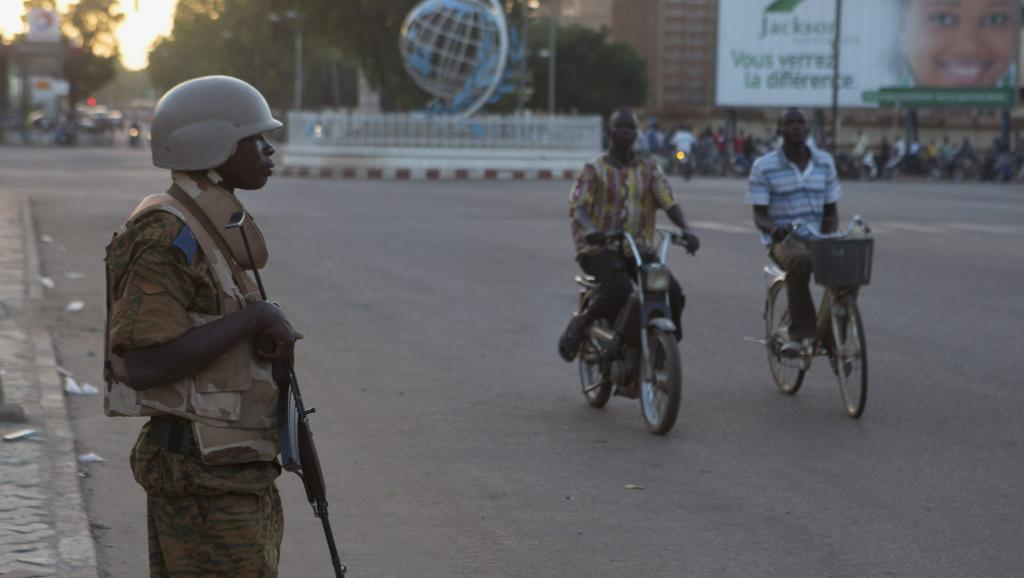 Un militaire monte la garde, le 2 novembre 2014, à Ouagadougou. REUTERS/Joe Penney