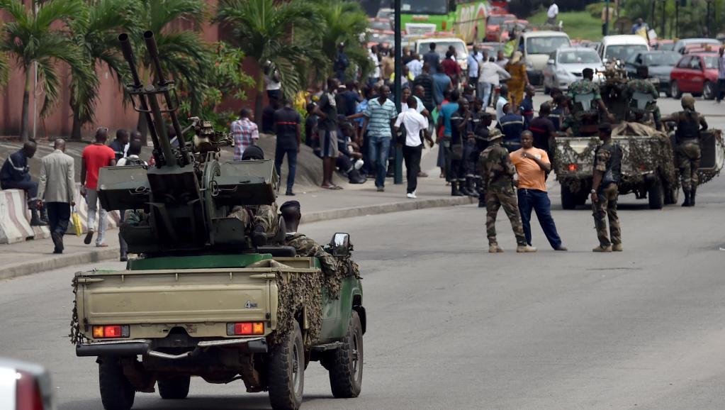 Des soldats ivoiriens bloquent l'accès au quartier d'affaires du Plateau, à Abidjan, le 18 novembre 2014. AFP/ ISSOUF SANOGO