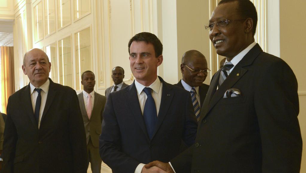 Le Premier ministre français Manuel Valls (c.) serrant la main au président tchadien Idriss Déby, le 22 novembre à Ndjamena au Tchad. AFP PHOTO / MIGUEL MEDINA