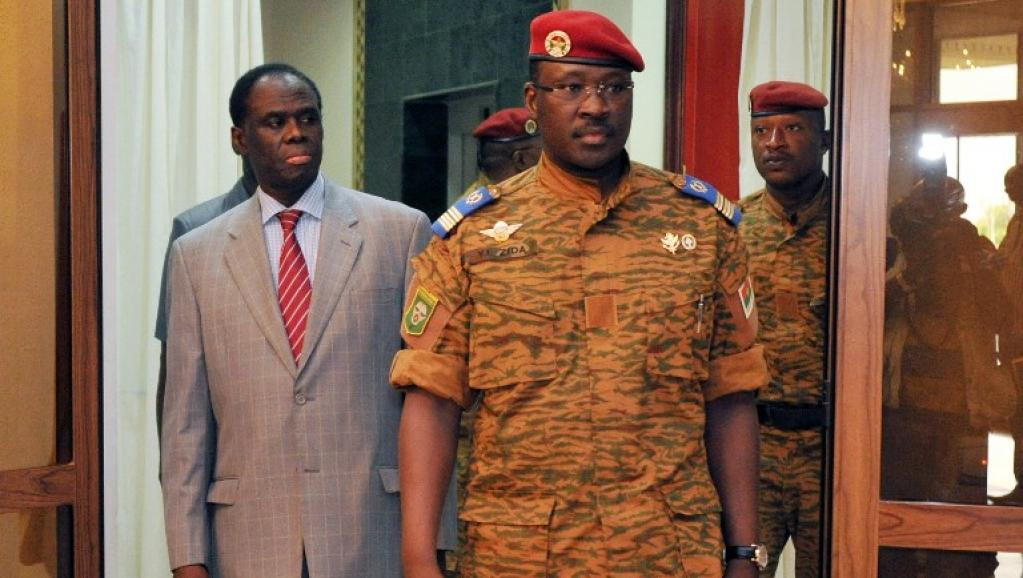 Michel Kafando, le président par intérim du Burkina Faso (g) et le lieutenant-colonel Isaac Zida (d.) de sont partagés respectivement les portefeuilles des Affaires étrangères et de la Défense. AFP/ Sia KAMBOU