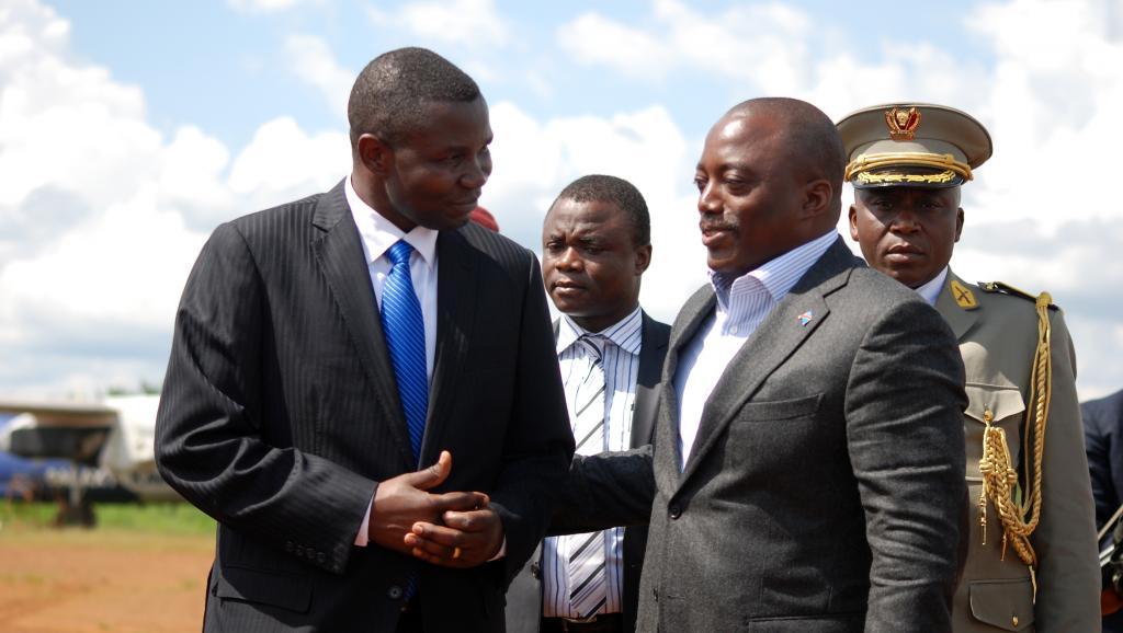 Le président congolais Joseph Kabila (d) à son arrivée à l'aéroport de Mavivi, lors de sa visite à Béni, le 29 octobre 2014. AFP PHOTO / ALAIN WANDIMOYI