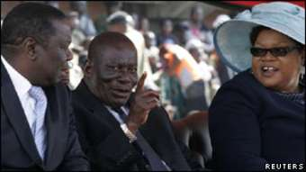 Joyce Mujuru (à droite) avec son mari Solomon Mujuru (centre).