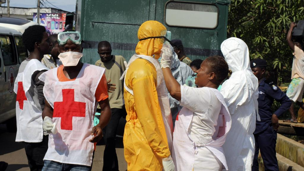 Des agents de santé se préparent à intervenir auprès de malades atteints d'Ebola, à Freetown, en Sierra Leone, le 14 octobre 2014. Reuters/Josephus Olu-Mammah