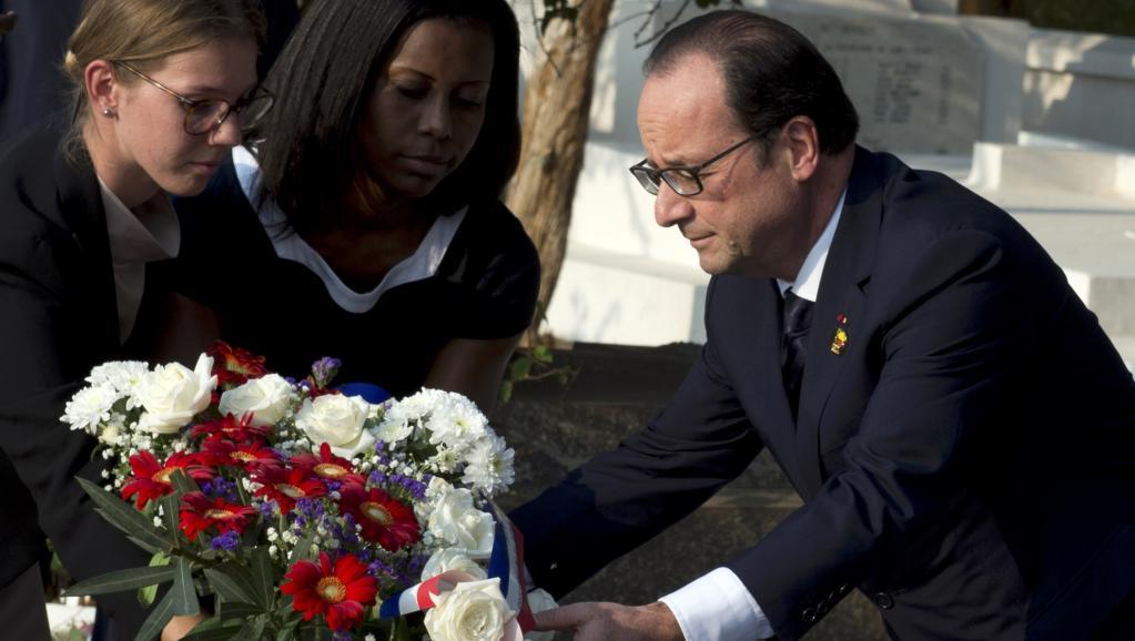 François Hollande s'est rendu sur la tombe de Léopold Sédar Senghor, au cimetière de Bel-Air à Dakar, le 29 novembre 2014. REUTERS/Alain Jocard/Pool