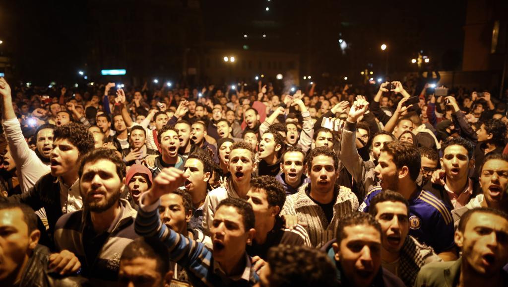 Des manifestants anti-Moubarak chantent dans les rues du Caire, le 29 novembre. AFP PHOTO / MOHAMED EL-SHAHED