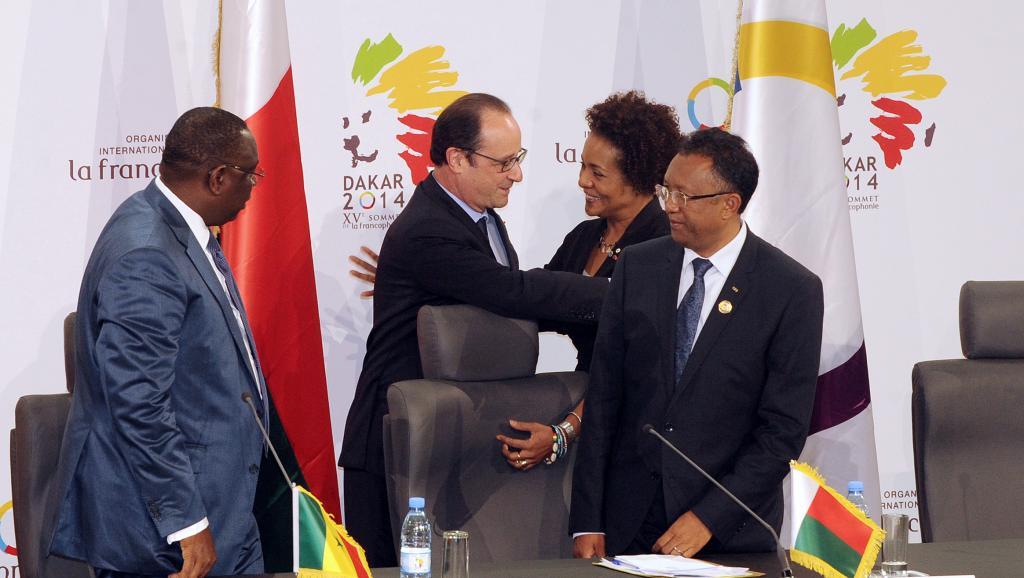 Le président François Hollande félicite Michaëlle Jean, après son élection à la tête de l'OIF. AFP PHOTO / SOW MOUSSA
