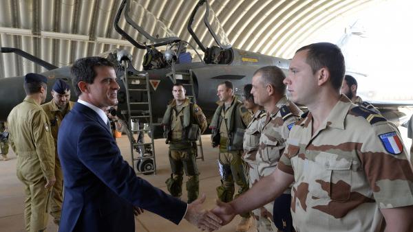 Manuel Valls rend visite aux pilotes de Mirage 2000D de l'opération Barkhane. AFP PHOTO/MIGUEL MEDINA