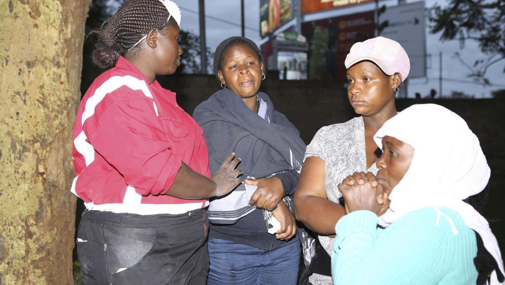 Des parents attendent de voir les corps de proches tués, le lundi 1er décembre, au soir,dans la carrière, près de Mandera, au Kenya, par les islamistes somaliens shebabs. REUTERS/Brian Inganga