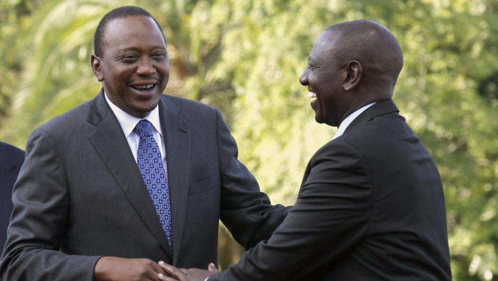 Le président kenyan Uhuru Kenyatta (gauche) se réjouit de la décision de la CPI. REUTERS/Thomas Mukoya