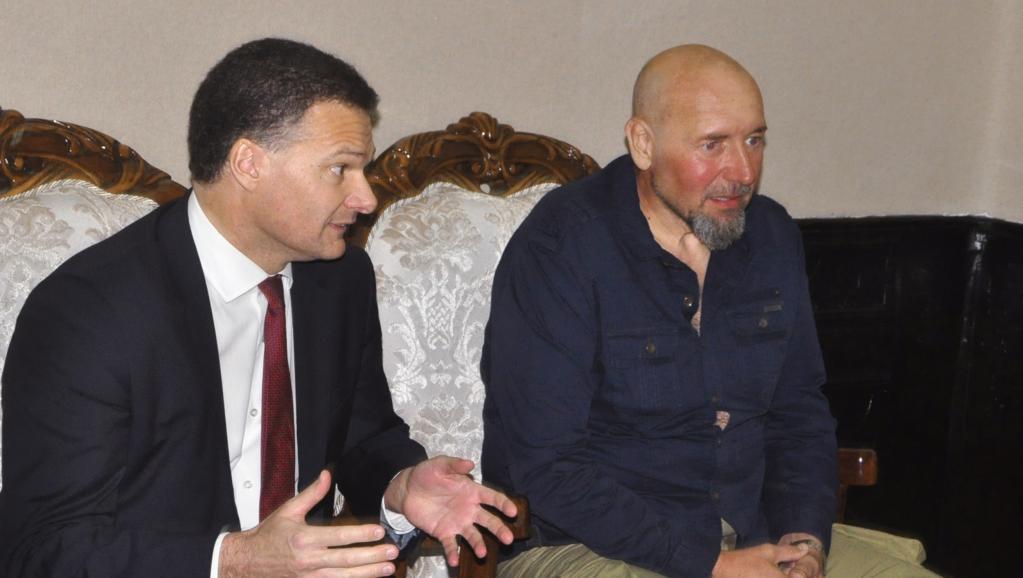 Serge Lazarevic (d.) et l'ambassadeur français au Niger, Antoine Anfre, le 9 décembre 2014 à Niamey. AFP PHOTO / HAMA BOUREIMA