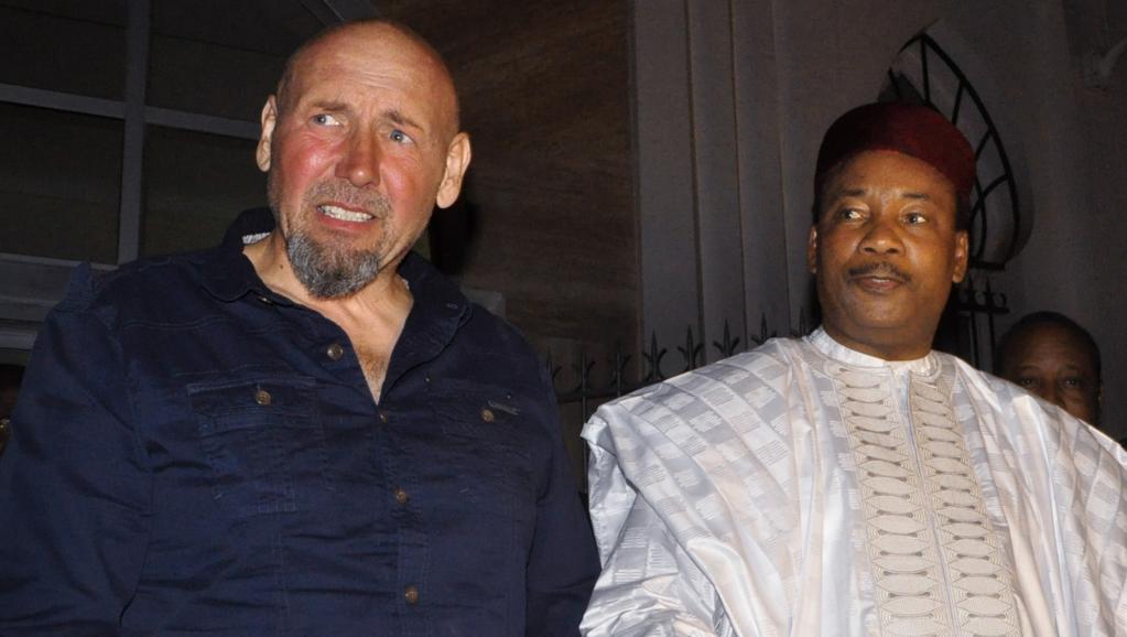 Le Français Serge Lazarevic et le président nigérien Mahamadou Issoufou, mardi 9 décembre à Niamey.