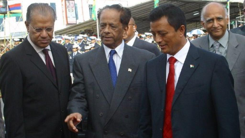 Le parti du Premier ministre Navim Ramgoolam (G) est-il assuré de la victoire ou la coalition de Sir Anerood Jugnauth (C) peut-elle venir déjouer ses plans? AFP/ ALI SOOBYE