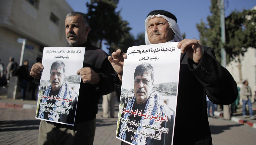 Des manifestants défilent avec des affiches du ministre palestinien Ziad Abu Eïn tué, mercredi 10 décembre. REUTERS/Ammar Awad